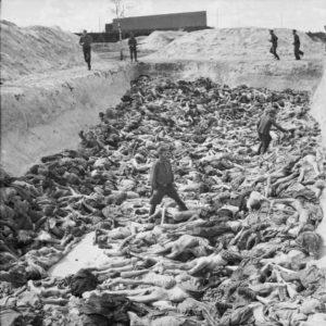 Cadáveres de prisioneros del campo de concentración de Bergen-Belsen, Fosa Común 3 (abril de 1945) negacionismo - The Liberation of Bergen belsen Concentration Camp April 1945 BU4260 300x300 - El negacionismo del Holocausto