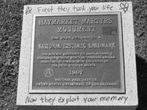 Placa conmemorativa dedicada a los trabajadores involucrados en la Revuelta de Haymarket.