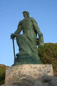 Estatua de Abderramán I en Almuñécar (Wikimedia) Abderramán - Abderramanalmu  ecar  - La complejidad de al-Ándalus: Abderramán I