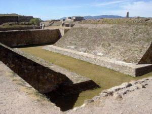 Esta cancha en Monte Albán es una de las más importantes encontradas al respecto.