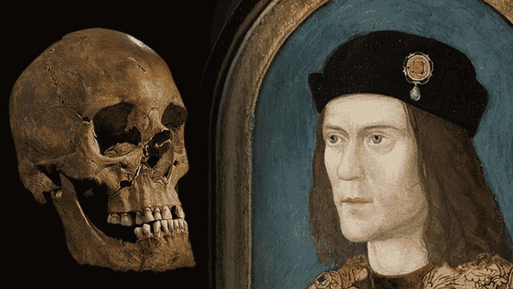 A un lado el cráneo de Ricardo III y al otro una representación pictórica de su rostro