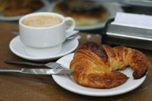 800px-Cafe_con_leche_y_cruasán