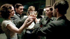 Los cinco protagonistas brindan antes de partir a la guerra.