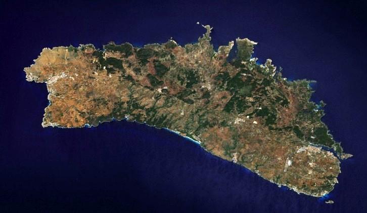Menorca: en el extremo oriental Mahón, y en el occidental Ciudadela.