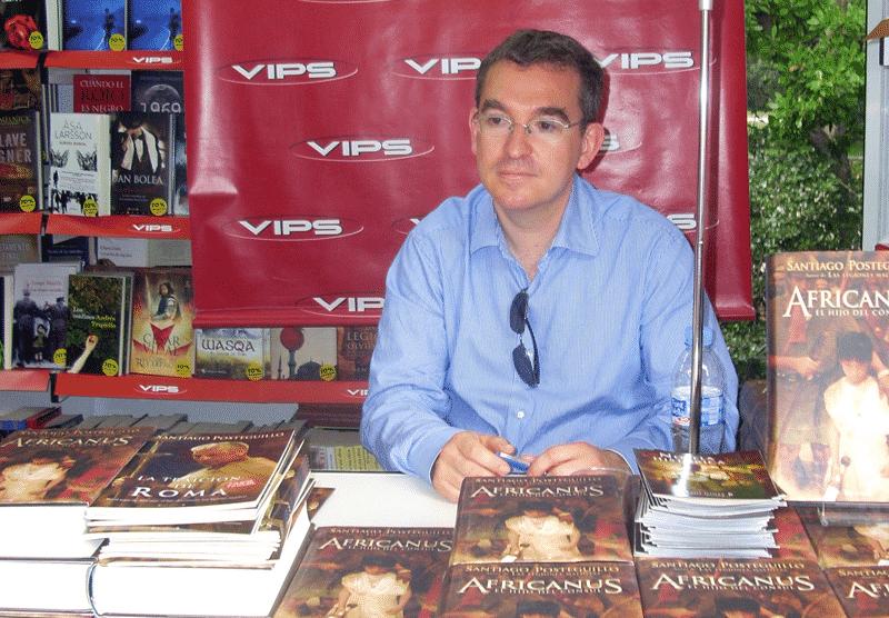 Santiago Posteguillo junto a sus novelas