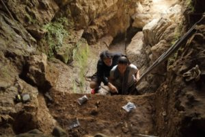 Investigadores en busca del rastro de los Neandertales