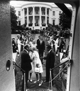 Nixon dejando la Casa Blanca
