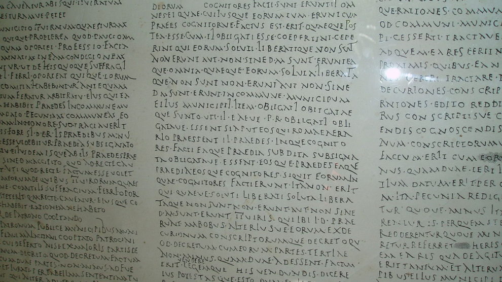 Reproducción de la Lex Flavia Malacitana en el Museo Loringiano (Wikimedia).