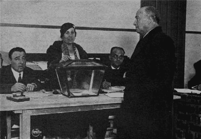 Francisco Largo Caballero votando en las elecciones de 1933 (UNED, Wikimedia)