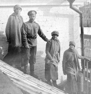 El Zar Nicolás II con sus hijas durante su cautiverio