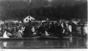 Celebración de un Pótlatch en Alaska Pótlatch - Indian visitors attending Potlatch at Kok wol too village  - El Pótlatch y la economía del don