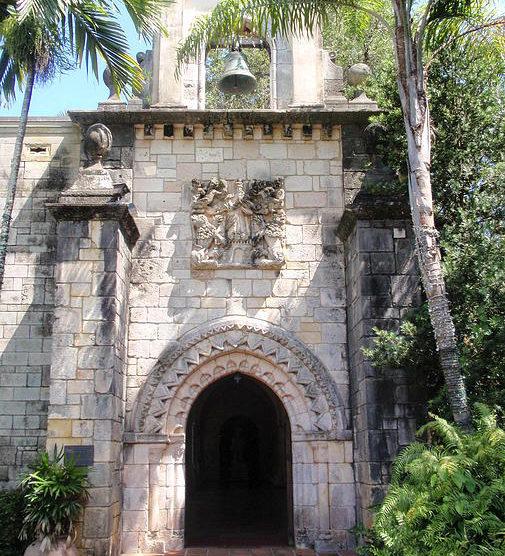 La coronación de la Virgen en la entrada del monasterio. (Rolf Müller, Wikimedia).