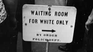 Sala de espera «solo para blancos» en EEUU durante los años 30.