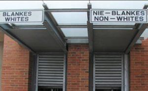 Cartel segregacionista de Sudáfrica (en vigor hasta el fin del apartheid en 1992).