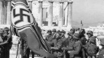 Soldados alemanes izando la bandera de guerra alemana sobre la Acrópolis (Bundesarchiv Bild, Wikimedia)
