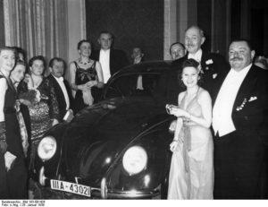 Ferdinand Porsche presenta el sorteo de un Volkswagen