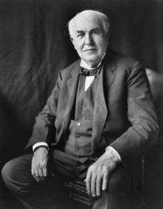 A finales de siglo, Edison introdujo las mejoras para crear la bombilla incandescente.
