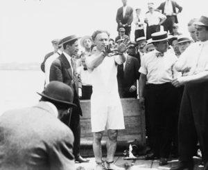 Houdini preparándose antes de uno de sus trucos de escapismo