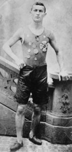 Un atlético Erich Weisz en su época de juventud