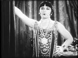Imagen de la película Una mujer de mundo de 1925, la protagonista es reflejada como una mujer independiente, que está tatuada y que fuma en público sin avergonzarse. Es probablemente una de las películas más radicales en la defensa de la independencia de la mujer que se hayan hecho en toda la historia del cine, ya que la actriz constantemente lucha por reafirmarse como persona libre ante el conservadurismo. La actriz que la interpreta, Pola Negri, fue una de las grandes divas del cine mudo.