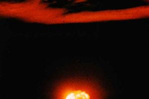 Explosión de la primera bomba nuclear (Prueba Trinity) el 16 de julio de 1945 (Wikimedia).