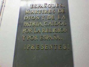 """Placa de la dictadura en homenaje a los caídos del bando sublevado, situada en la diputación de Alicante. Habrá que esperar al fin de la dictadura para que se reconozca a los """"otros muertos""""."""