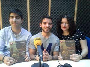 Álvaro, Miguel y Gala con la revista en Radio Algeciras Cadena Ser.