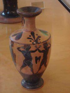 Dos practicantes del pugilato ilustrados en una vasija de figuras negras.