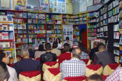 Parte del público que asistió a la presentación, con el equipo de 'Descubrir la Historia' al fondo, y Anas Fathouni.