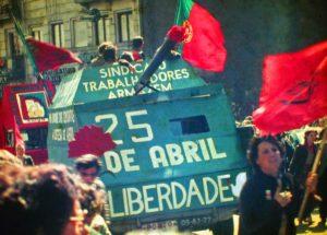Manifestación el 25 de abril de 1983 en Oporto (Wikimedia).