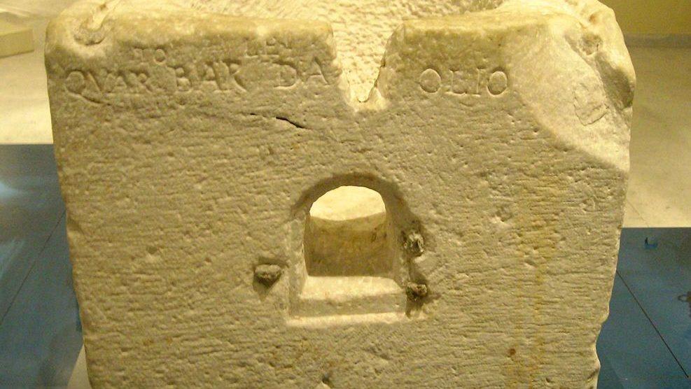 Medida del aceite de oliva en un muro romano (Wikimedia).