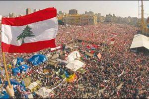 Multitudinaria manifestación anti-Siria producida en Beirut en 2005. Una serie de protestas como ésta precipitaron la salida de tropas sirias del Líbano.