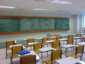 Fotografía de una clase vacía (Wikimedia).