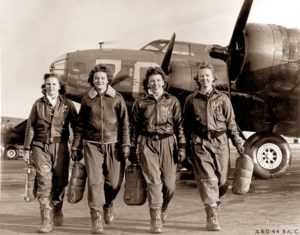group_of_women_airforce_service_pilots_and_b-17_flying_fortress Harmon - Group of Women Airforce Service Pilots and B 17 Flying Fortress 300x235 - El último vuelo de la «avispa» Harmon