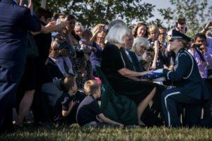 la-hija-de-elaine-harmon-izqda-recibe-la-bandera-nacional-de-manos-de-la-capitana-de-las-fuerzas-aereas-en-el-entierro-de-su-madre-en-el-cementerio-de-arlington Harmon - La hija de Elaine Harmon izqda - El último vuelo de la «avispa» Harmon