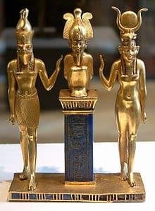 Isis, su esposo Osiris y su hijo Horus, los protagonistas del mito de Osiris, en una estatuilla de la Dinastía XXII (Wikimedia).