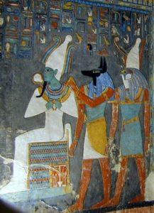 Detalle de friso en las paredes de la tumba del faraón Horemheb, que muestra a los dioses Osiris, Anubis y Horus (Wikimedia).