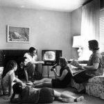 Familia viendo la televisión en 1958 (Wikimedia).