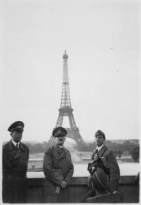 Hitler, Albert Speer y Arno Breker el 23 de junio de 1940 posando frente a la torre Eiffel (Wikimedia).