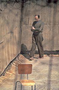 Eichmann camina en el patio de su celda en la prisión de Ramala