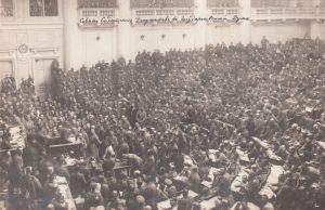 Asamblea en Petrogrado en 1917 (Wikimedia).