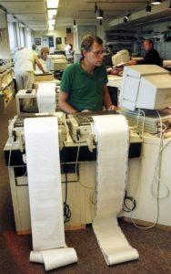 Imagen de una oficina de Reuters en los años 80 (Wikimedia).