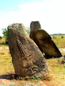 Estelas de Tiya con recurrentes grabados de espadas y signos aún no descifrados (E. Núñez).