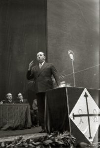 Gil Robles Fotografiado en un mitin de la CEDA en el Frontón Urumea de San Sebastián en 1935 (Wikimedia).