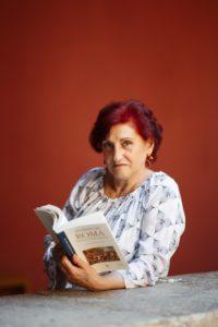 Isabel Barceló con su libro, Mujeres en Roma (Fotografía de Gonzalo Moreno).