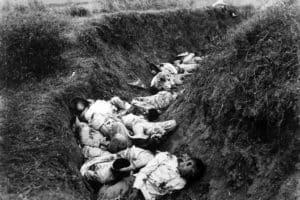 Un grupo de filipinos muertos en el primer día de guerra (Wikimedia).