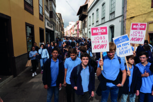 Recreación histórica de la marcha por los derechos civiles de Martin Luther King, realizada por estudiantes del Colegio Luther King