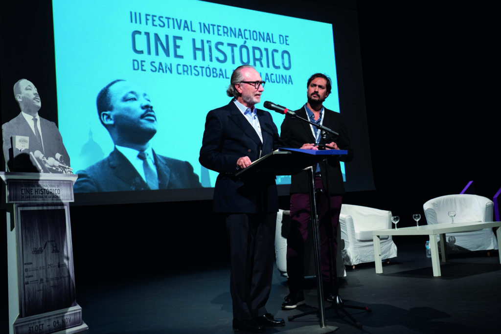 El director de FICHLA (Guillermo Ríos) entrega al presidente de honor del Festival (Teodoro Ríos) placa en agradecimiento a su labor como artífice del nacimiento de este Festival (fue director de las dos ediciones anteriores)