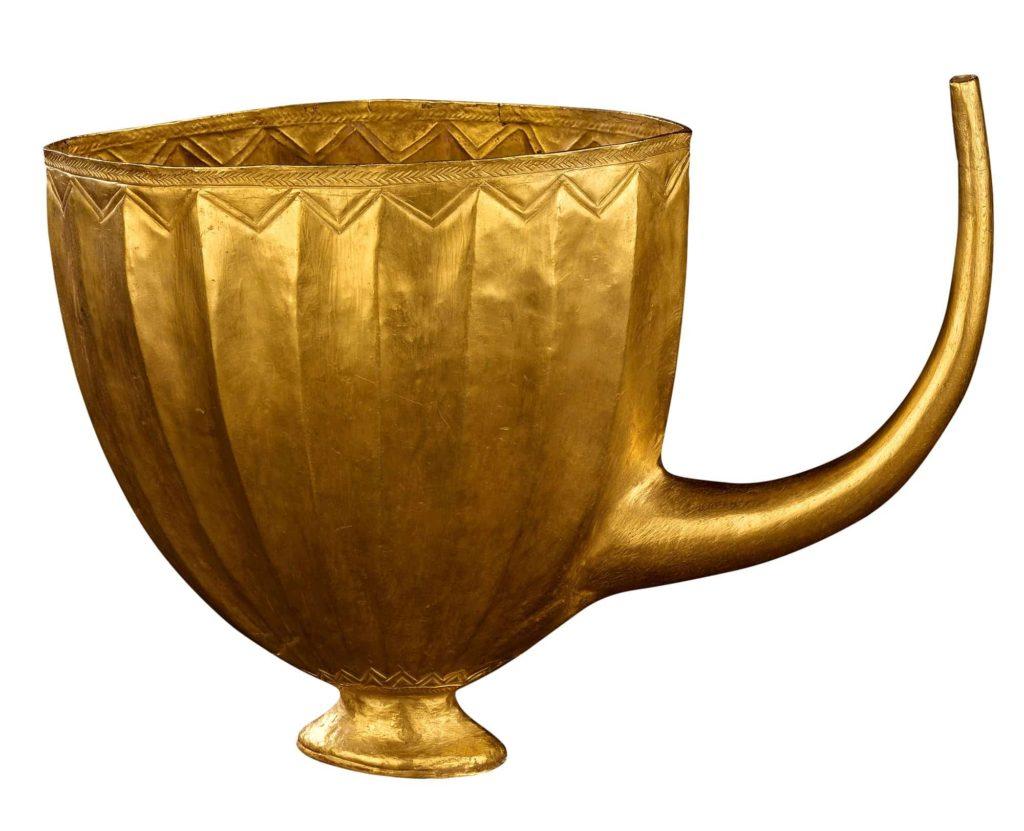 Copa de oro encontrada en la tumba de la reina Puabi, conservada en el Museo Británico.