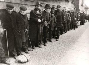 Mendigos alemanes hacen cola para recibir comida (año 1930).